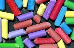 Gessi colorati usati in una scatola fotografia stock libera da diritti
