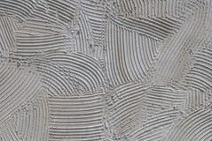 Gesso decorativo grigio di sollievo sul primo piano della parete, calcestruzzo astratto, struttura del fondo Immagine Stock Libera da Diritti
