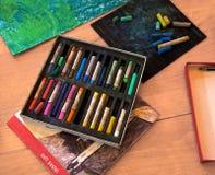 Gesso multicolore dei pastelli del ` s dell'artista Immagini Stock Libere da Diritti