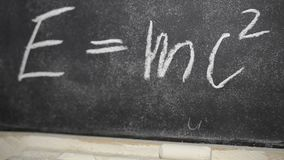 Gesso scritto formula di Einsteins su un'ardesia archivi video