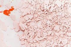 Gesso strutturato nei toni rosa Gesso incrinato e rotto Immagini Stock