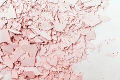 Gesso strutturato nei toni rosa Gesso incrinato e rotto Fotografia Stock