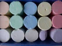 Gesso variopinto in scatola blu Fotografia Stock