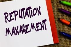 Gestão da reputação do texto da escrita A influência do significado do conceito e controla o caderno aberto da restauração do tip fotografia de stock