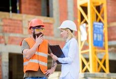 Gestão de projeto de construção Projeto industrial de construção Conceito da indústria da construção civil Discuta o projeto do p imagens de stock royalty free