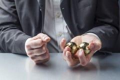 Gestão de tensão com massagem das mãos no trabalho Imagem de Stock