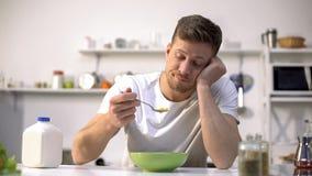 Gestörte einzelne Fleisch fressende geschmacklose Getreide zum Frühstück, Mangel an Appetit lizenzfreie stockfotografie