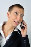 Gestörte Frau mit einem Telefon Stockfoto