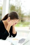 Gestörte junge Frau, die ihre Hände zu ihren Augen hält Lizenzfreie Stockfotografie