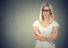 Gestörte junge zufällige Frauenstellung mit den Armen gefaltet stockfoto