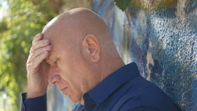 Gestörte und leidende Person, die nahe einer gemalten Wand bleibt stockfotografie