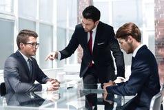 Gestörter Geschäftsmann hält eine Sitzung mit Angestellten ab lizenzfreie stockfotos