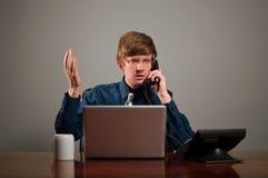 Gestörter Geschäftsmann am Telefon lizenzfreie stockbilder
