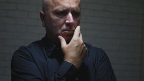 Gestörter Geschäftsmann Think Making enttäuschende Handzeichen stockfotos