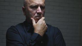 Gestörter Geschäftsmann Thinking und Herstellung von enttäuschenden Handzeichen lizenzfreies stockbild