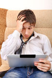 Gestörter Jugendlicher mit Tablet-Computer Stockbild