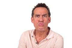 Gestörter Mann, der heraus die Zunge zieht Gesicht haftet stockfoto