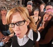 Gestörter Sonderling mit lachender Gruppe Stockbild