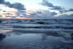 Gestörtes Meer am Sonnenuntergang Stockbilder