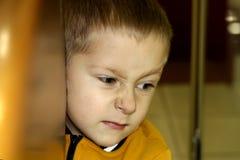 Gestörtes und verärgertes Jungenkonzept für Ärger, Frustration und Unfug stockbild