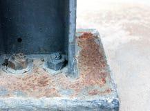 Gestützte Stahlplatte mit Bolzen auf konkretem Boden stockbilder