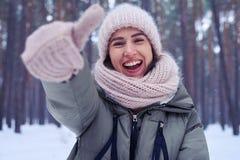 Gest av lycka som visas av den unga kvinnan Royaltyfri Bild