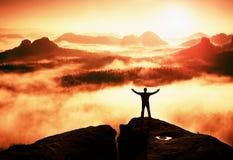 Gest av triumfen Lycklig fotvandrare i svart Den högväxta mannen på maximumet av sandsten vaggar i nationalparken Sachsen Schweiz Royaltyfria Bilder