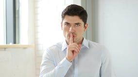 Gest cisza mężczyzna w biurze, Zamyka Twój usta zdjęcie royalty free