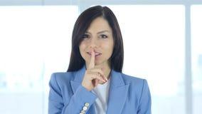 Gest cisza młodą kobietą, palec na wargach obrazy stock