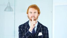 Gest cisza młodym człowiekiem, palec na wargach zdjęcie royalty free