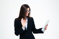 Gest för affärskvinnavisninghälsning på rengöringsdukkamera Royaltyfri Fotografi