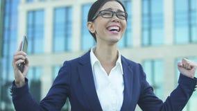 Gest för affärskvinnavisningja som extremt är lycklig om framgång i start lager videofilmer
