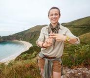 Gest för fotvandrarevisninghashtag framme av landskapet för havsikt Royaltyfria Foton