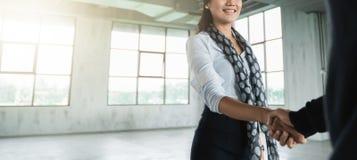 Gest kobieta uścisku dłoni transakcja biznesowa zdjęcia royalty free