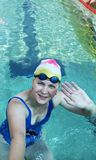 gest robi witanie pływaczki Zdjęcia Royalty Free