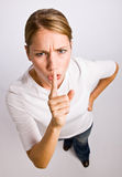 gest som gör shhhkvinnan arkivfoton