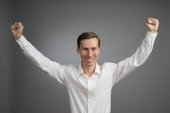 Gest sukces Uśmiechnięty mężczyzna w białej koszula z nastroszonymi rękami Obraz Royalty Free