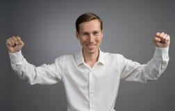 Gest sukces Uśmiechnięty mężczyzna w białej koszula z nastroszonymi rękami Obraz Stock