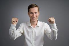 Gest sukces Uśmiechnięty mężczyzna w białej koszula z nastroszonymi rękami Obrazy Royalty Free