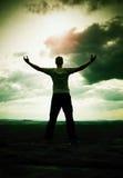 Gest triumf Szczęśliwy wycieczkowicz w greyshirt i zmroku trousars Wysoki mężczyzna na szczycie piaskowcowy falezy dopatrywania p Obraz Royalty Free