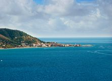 Gestalten Sie Acciaroli-Dorf, Cilento-Küste, Italien landschaftlich Stockbild