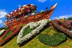 Gestalten Sie altes Schiff der Zusammensetzung und Blumenbeet in Form des Herzens landschaftlich stockbilder