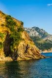Gestalten Sie Ansicht über Berge und Meer in Montenegro landschaftlich Lizenzfreie Stockfotos