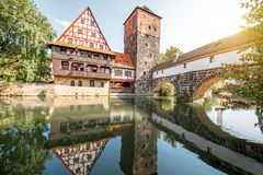 Gestalten Sie Ansicht über den Flussufer in Nurnberg, Deutschland landschaftlich lizenzfreies stockfoto