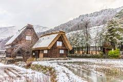 Gestalten Sie Ansicht der Fernbergdörfer an Shirakawa-gehen in Winter landschaftlich Stockbild
