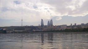 Gestalten Sie Ansicht des Dammes von Baku, von Aserbaidschan, von Kaspischen Meer, von Wolkenkratzern und von lodernden Türmen la stock footage