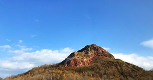 Gestalten Sie Ansicht des erloschenen Vulkans mit blauem Himmel und Wolke landschaftlich lizenzfreie stockfotografie