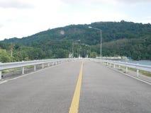 Gestalten Sie Ansicht des Knalles Ward Dam, Phuket, Thailand landschaftlich Weißes flaumiges lizenzfreie stockbilder