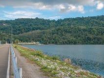 Gestalten Sie Ansicht des Knalles Ward Dam, Phuket, Thailand landschaftlich Weißes flaumiges lizenzfreie stockfotos