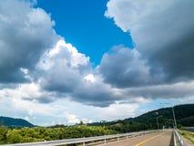 Gestalten Sie Ansicht des Knalles Ward Dam, Phuket, Thailand landschaftlich Weißes flaumiges stockfotografie